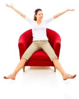 femme-joyeuse-dans-fauteuil_opt